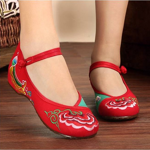 Elegant embroidered shoe with low heel and lotus design