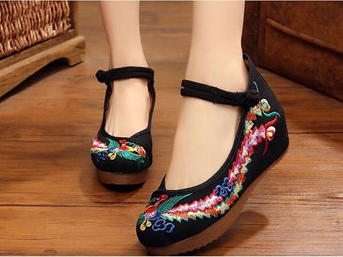 Embroidered shoe with heel and strap and bird pattern