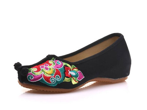 Elegant embroidered slip on shoes with low heel, with toggle on the toe