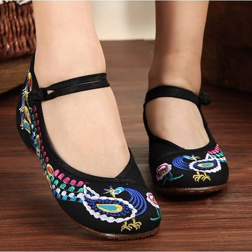Elegant embroidered shoe with low heel and peacock design