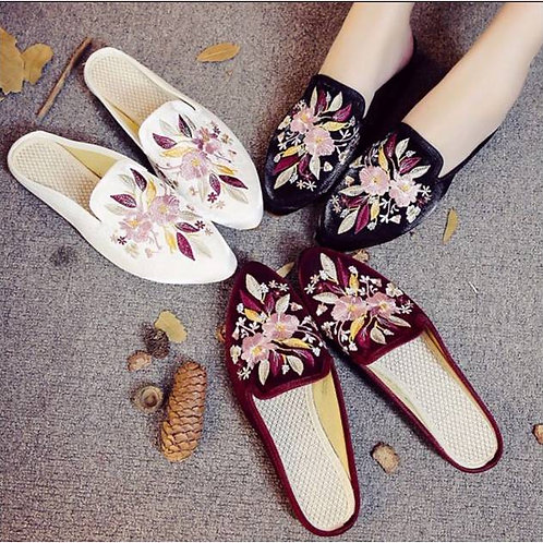 Elegant embroidered slip on shoe with low heel and flower bouquet design