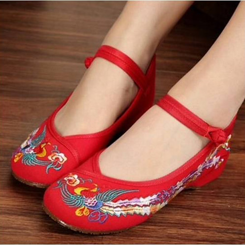 Elegant embroidered shoe with low heel, strap and bird