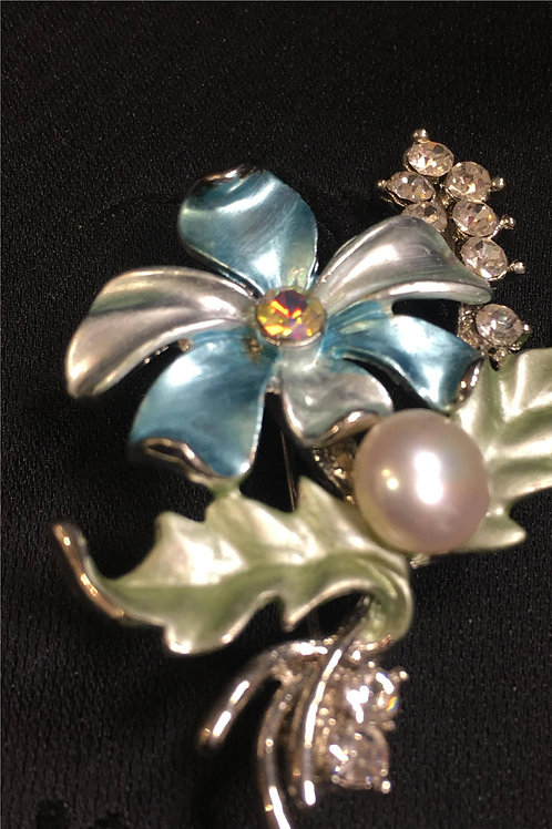 Brooch with natural saltwater pearl in flower and leaf form
