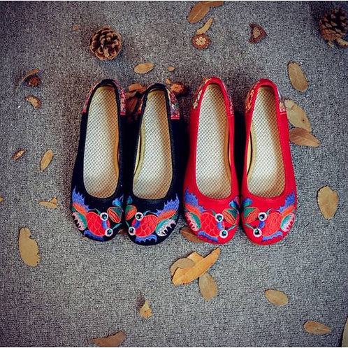 Elegant embroidered shoes with low heel, non-slip, with heel motif