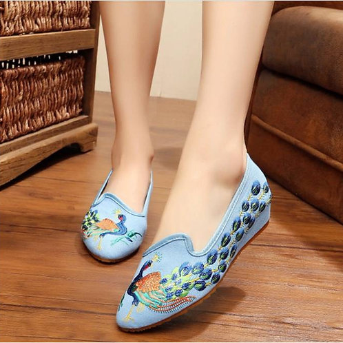 Elegant embroidered shoe with low heel wedge and peacock design