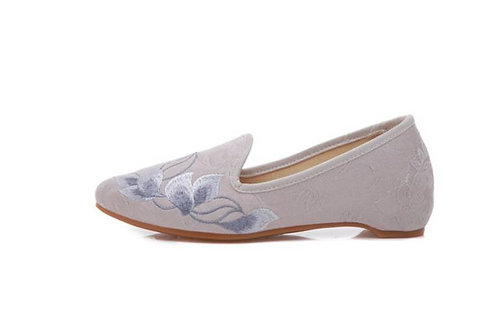 Elegant velvet slippers with non-slip sole and embroidered flower design