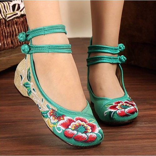 Elegant embroidered shoe with low heel, double ankle straps and lotus design