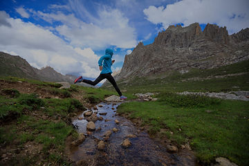 Young%20woman%20trail%20runner%20jumping
