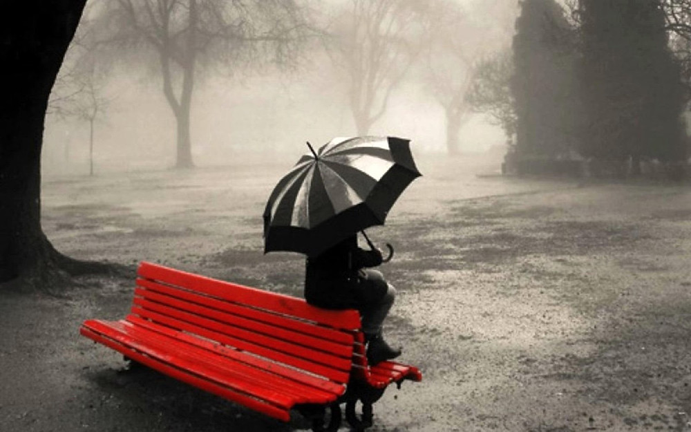 chuva-mulher-no-banco-foto.jpg