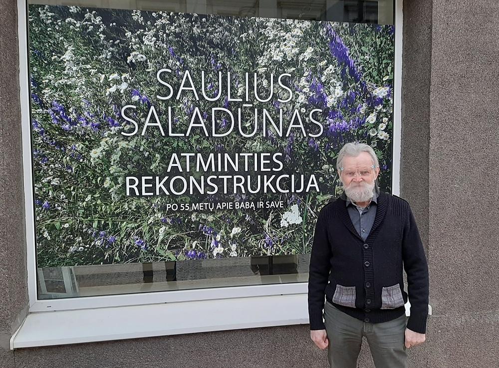 Saulius Saladūnas prie parodos plakato