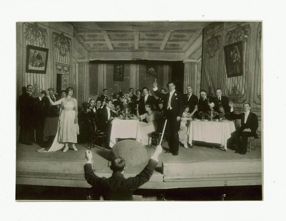 """Scena iš premjerinio pirmosios profesionalios operos """"Traviata"""" spektaklio. 1920.12.31. LTMKM archyvo nuotrauka"""