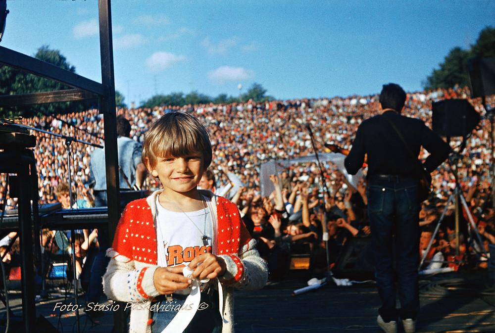 Berniukas (Laurynas Paškevičius) ir minia. Roko maršas, Šiauliai, 1987. Fot. Stasys Paškevičius. St. Paškevičiaus asm. archyvas