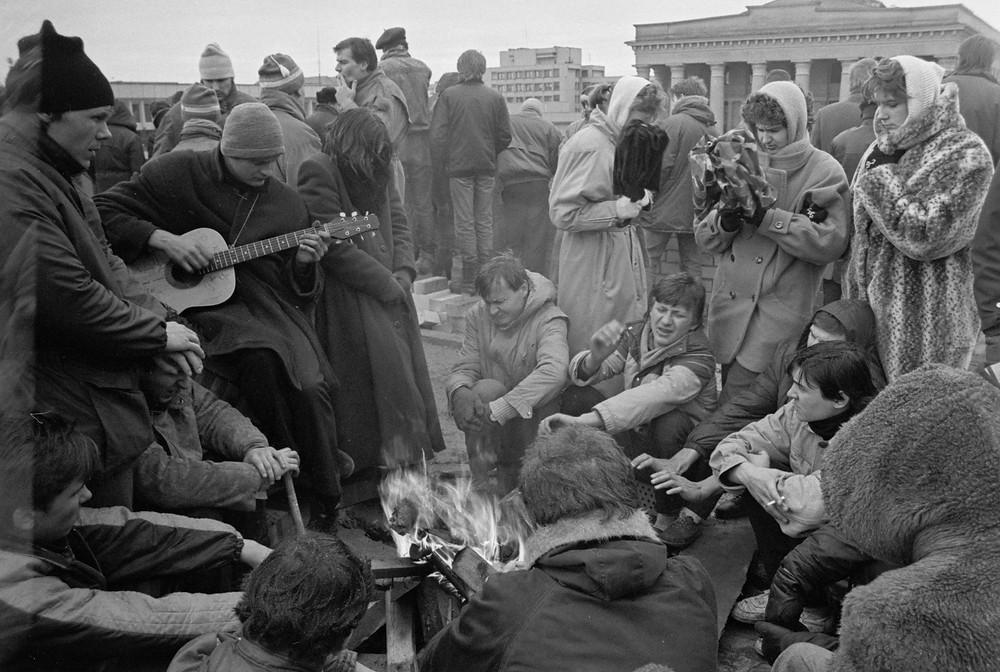 1991 m. sausio įvykiai prie Parlamento rūmų. Vilnius, 1991 01 13-14. Fot. Algimantas Žižiūnas. Lietuvos centrinis valstybės archyvas