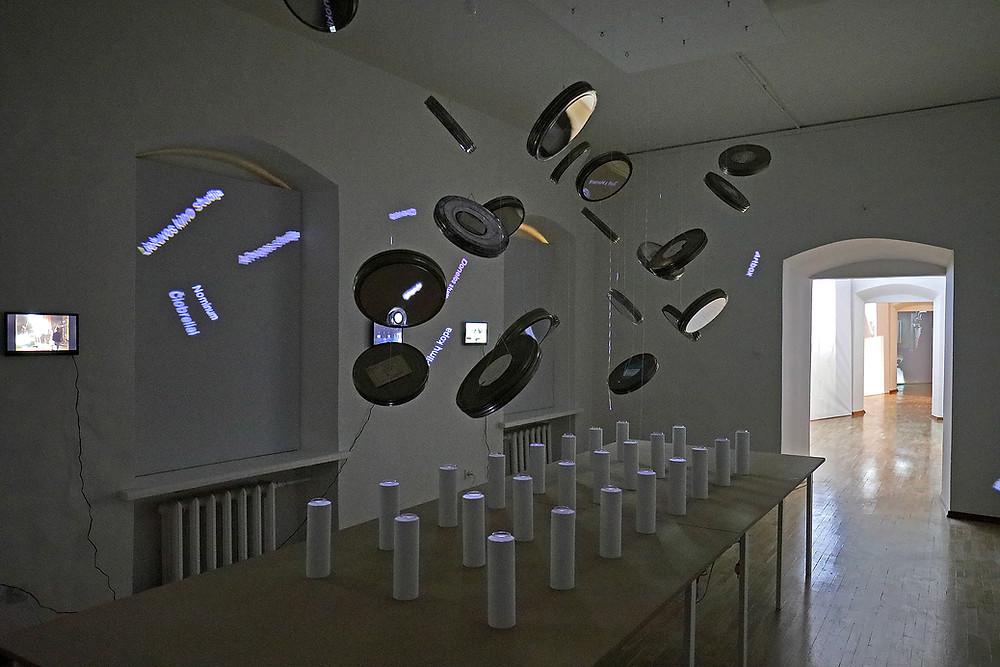 """Instaliacija """"Paskutinė vakarienė"""", autoriai - architektai Jurgis Dagelis, Justinas Dūdėnas."""