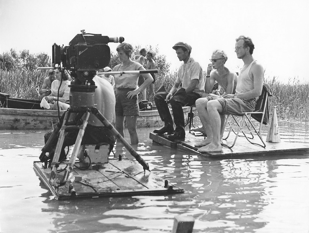 """Filmo """"Gyvieji didvyriai"""" (novelė """"Paskutinis šūvis"""") filmavimo aikštelėje. Prie kameros Jonas Gricius, dešinėje režisierius Arūnas Žebriūnas, 1959"""