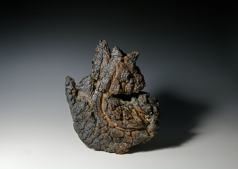"""Rima Leipuvienė """"Tėkmė"""". Šamotas, pigmentai, pelenų glazūra, 1300 c."""