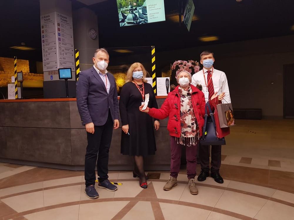 Muziejaus vadovai dr. Vydas Dolinskas, dr. Ramunė Šmigelskytė-Stukienė ir Giedrius Krasauskas su pirmąja lankytoja Teresa Čepukėniene (antra iš dešinės)