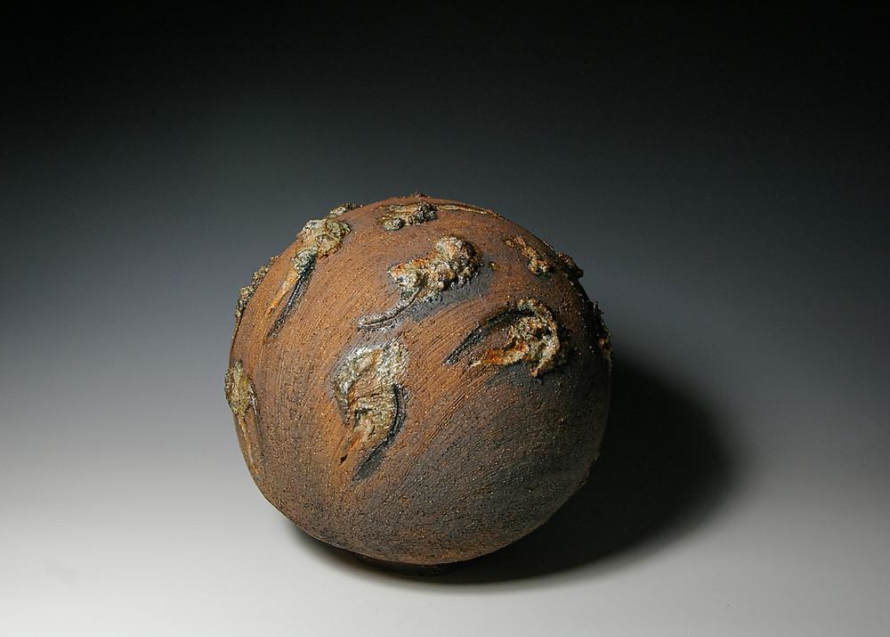 """Rima Leipuvienė """"Kosminis išsipildymas"""". Šamotas, pigmentai, pelenų glazūra, 1300 c."""