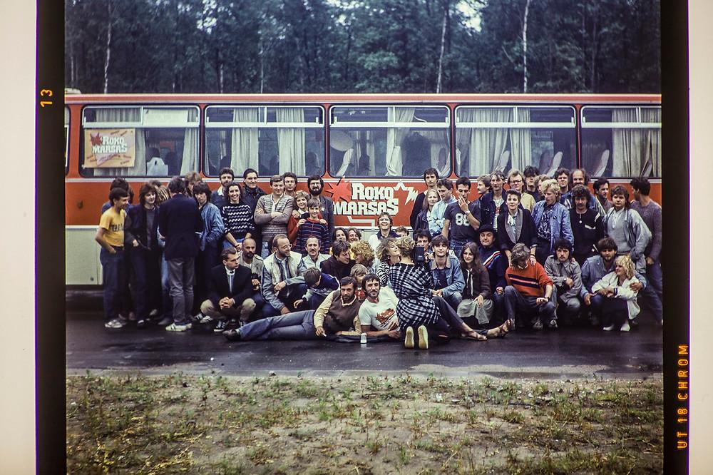 Roko maršo dalyviai autostradoje Kaunas-Klaipėda, 1987. Fot. Raimondas Urbakavičius. R. Urbakavičiaus asm. archyvas