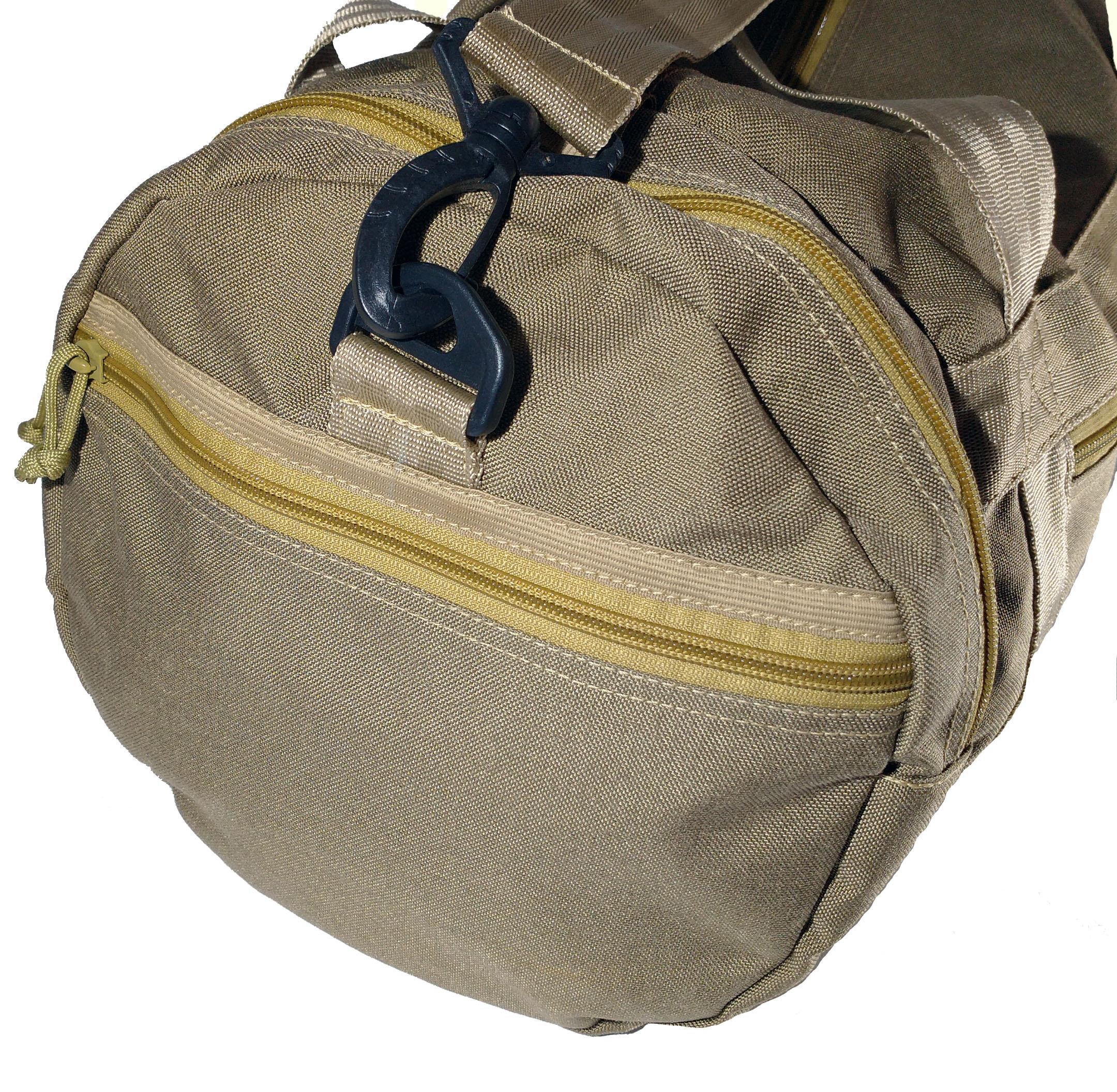 Diversos bolsas e compartimentos.