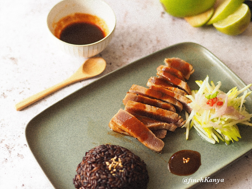 Seared Tuna with Thai tamarind sauce and green apple salad