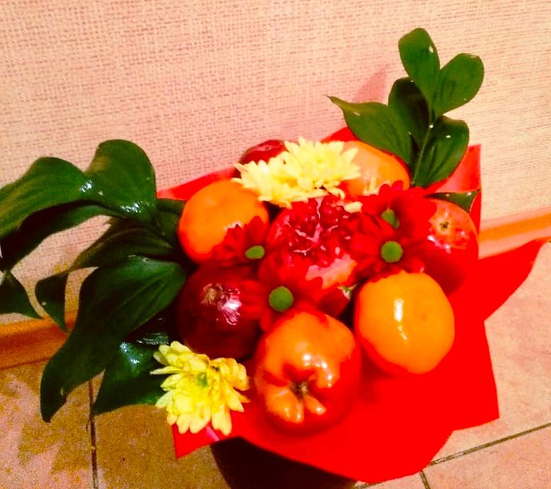 яблоки и цветы букет в подарок