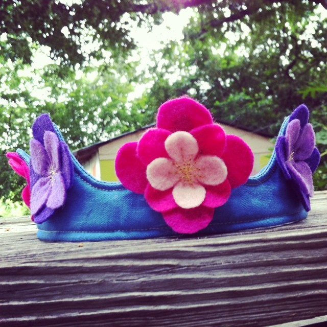 Flower crown for a little birthday girl! This crown is 100% cotton fabric and lining with quilted ec