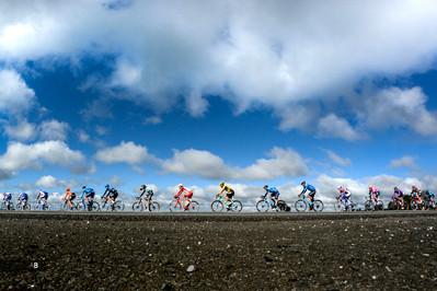 La Vuelta pasando por la localidad de Monterroso (Lugo) en la etapa 14 de La Vuelta a España (Lugo-Ourense).