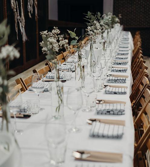 bedekte tafel tijdens bruiloft