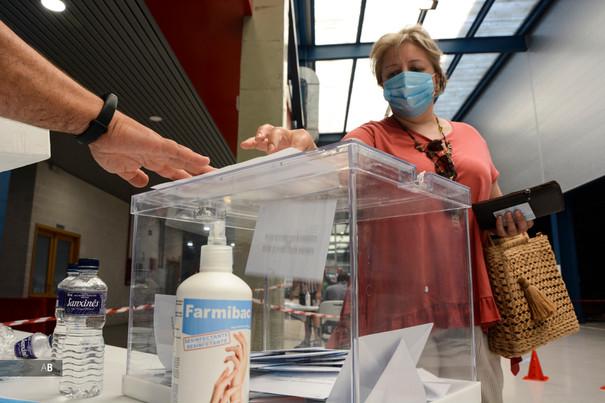 Una mujer vota en las elecciones al Parlamento de Galicia
