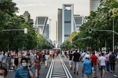 Gente paseando en la franja horaria permitida por el Gobierno en la primera ola de la pandemia. Paseo de la Castellana