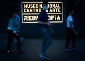Un hombre camina por delante del Museo Reina Sofía.