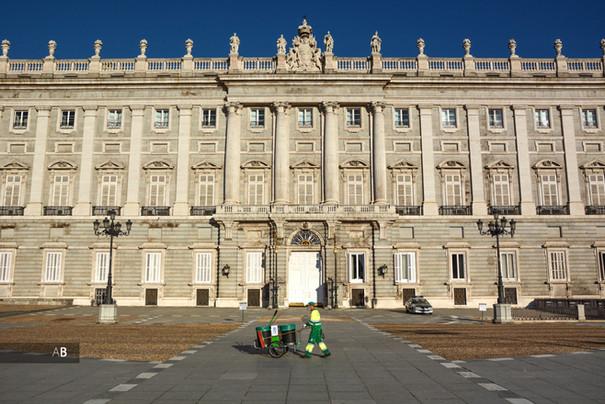 Un operario de la limpieza trabajando delante del Palacio Real.