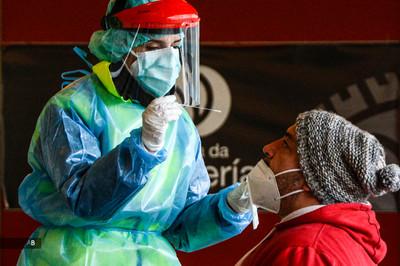 Una sanitaria realiza una prueba PCR en un cribado en Vilagarcía de Arousa