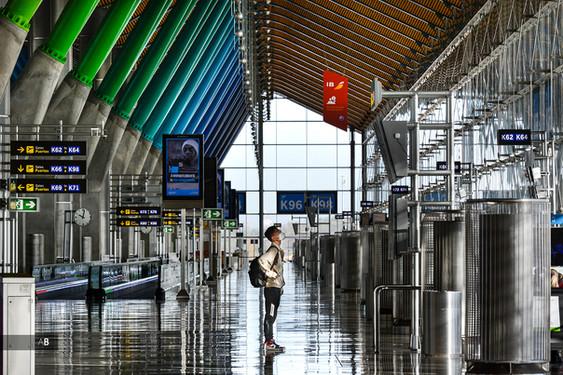 Un turista mira uno de los paneles informativos de los vuelos en la terminal T4 del Aeropuerto Madrid-Barajas Adolfo Suárez.