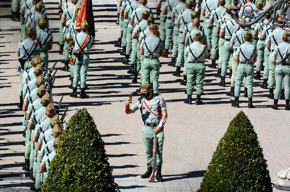 Un soldado de la Legión se hace un selfie durante el desfile del Día de la Hispanidad en la Plaza de la Armería del Palacio Real.