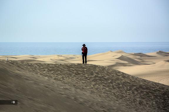 Un agente de Medio Ambiente vigila La Reserva Natural Especial de Las Dunas de Maspalomas.
