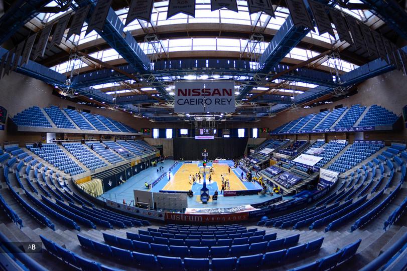 El Multiusos Fontes do Sar sin público en un partido de la liga ACB de baloncesto.