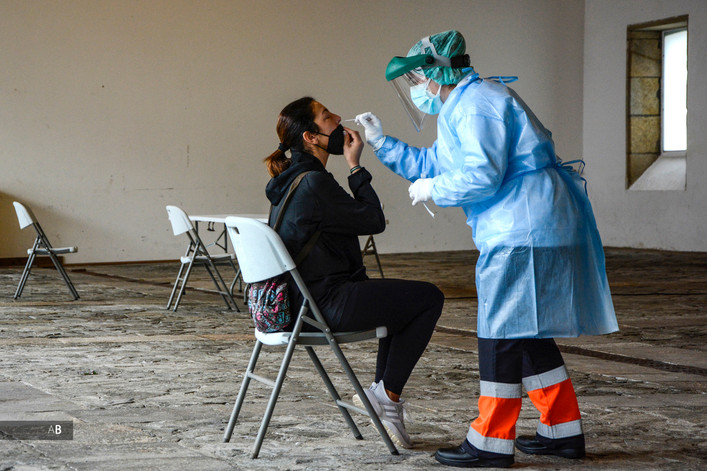 Una sanitaria realiza un test PCR en un cribado en Vilagarcía de Arousa