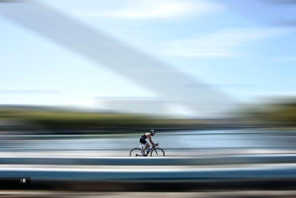 Un ciclista compitiendo en el Camponato de España de Triatlón