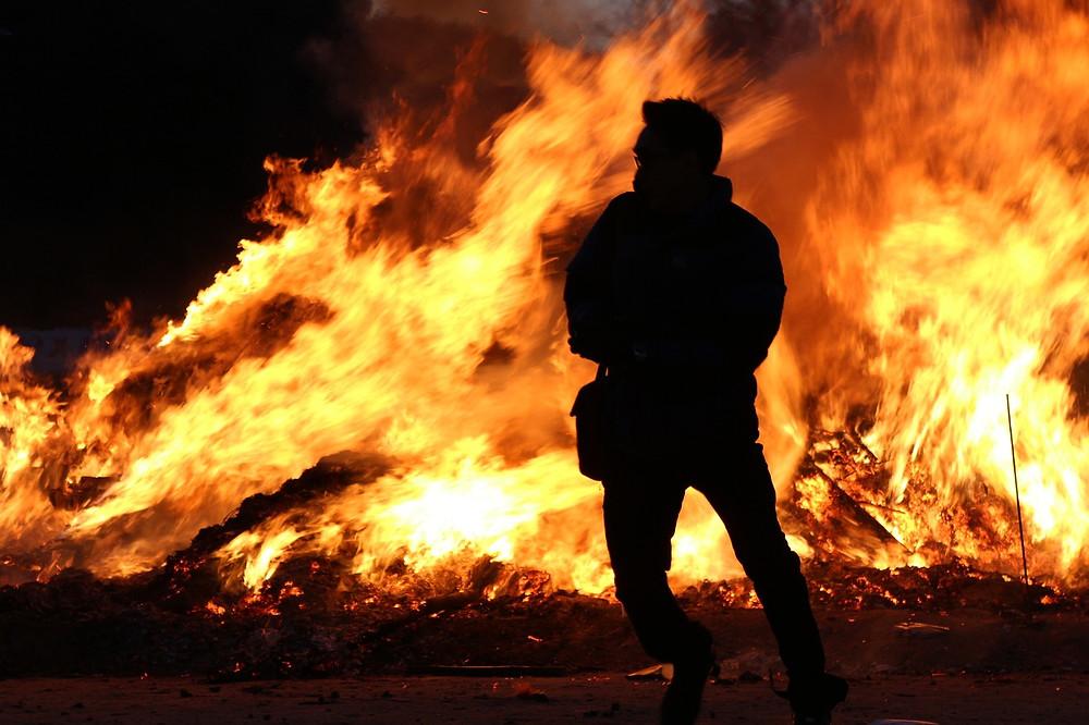 Persona frente a incendio