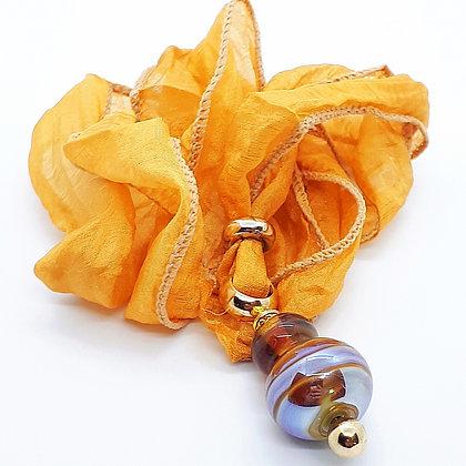 """Golden Ball"" Unikat-Glasperlen Anhänger auf Reinseide"
