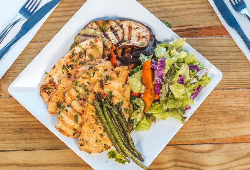 Comida Saudável? No Tôa Tôa tem! Frango Grelhado com mix de folhas e salada de vegetais