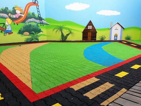 O piso do playground pode ajudar o desenvolvimento psicopedagógico da garotada.