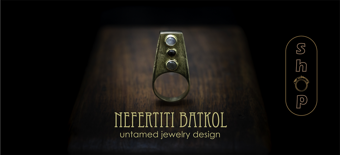 Nefertit Golden Ring, set with Moonstone Garnet and Labradorite gemstones.