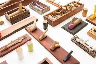 Ganchos, suportes e cabideiros feitos a mão, com madeira reaproveitada