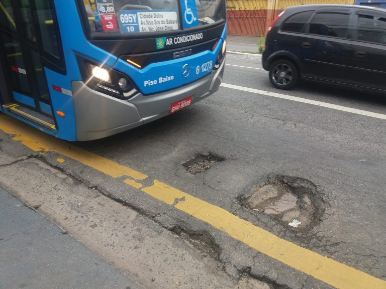 Buraco em corredor de ônibus