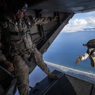 militray-men-sky-diving-128880.jpg