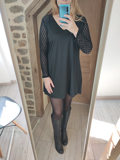 Robe Noire & Manches Dentelles