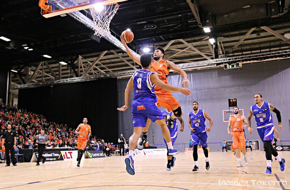 Duane Bailey takes it to the rim against the Wellington Saints in 2016